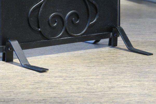 Nærbilde av bunnen der føttene er montert